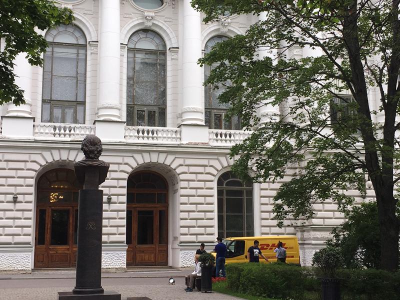 Документы от абитуриентов экспресс-почта доставляет прямо к порогу приемной комиссии