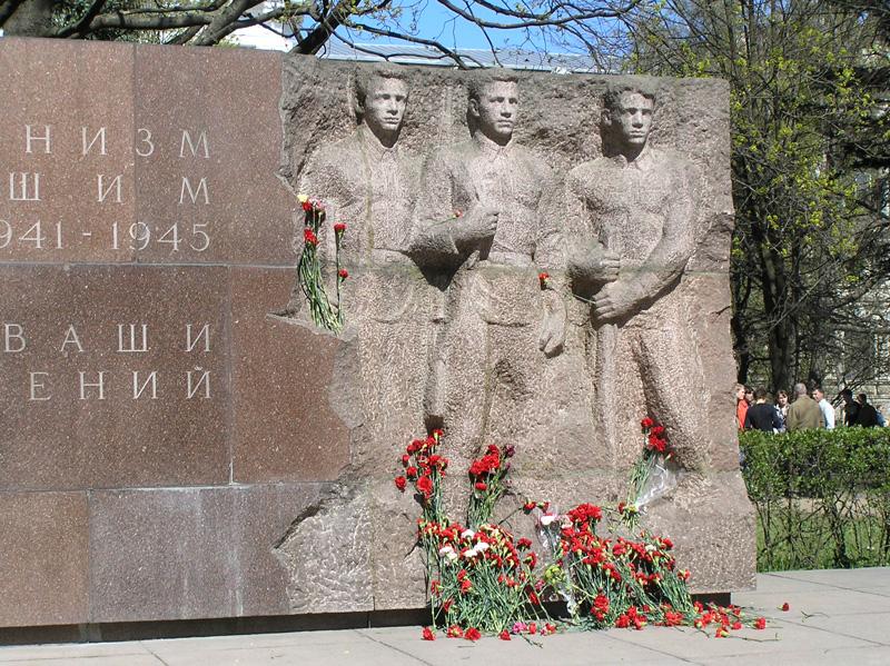 Памятник погибшим политехникам - 50 лет со дня основания